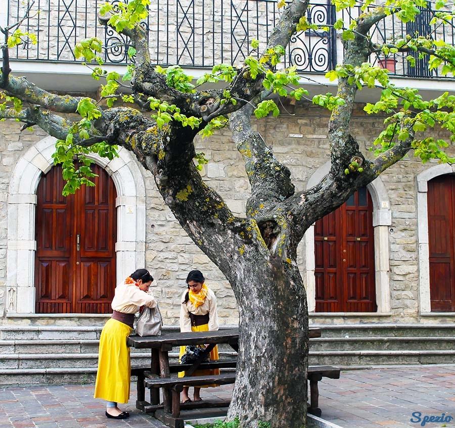 Monti Dauni: Faeto Bimbe sotto l'albero