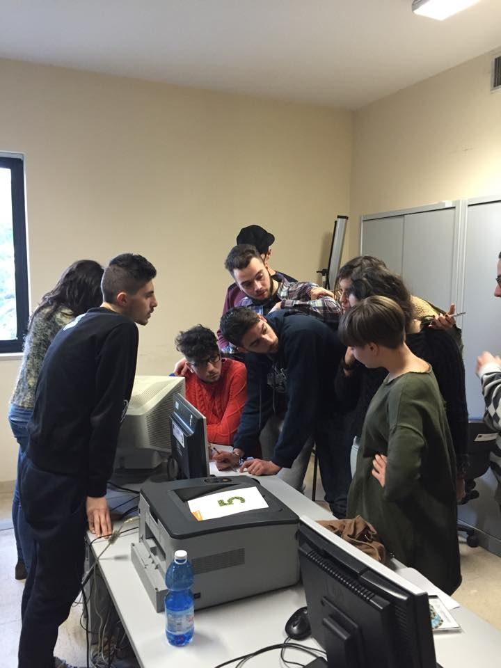 Spezio con i ragazzi dell'ITC Vitale Giordano Social Media Marketing