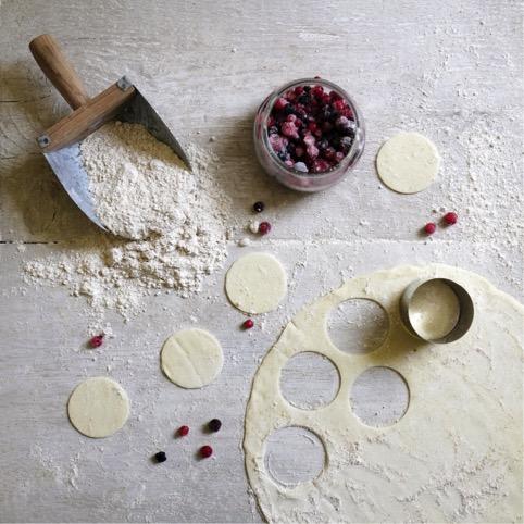 Dolcetti di pasta sfoglia crema chantilly e frutti di bosco