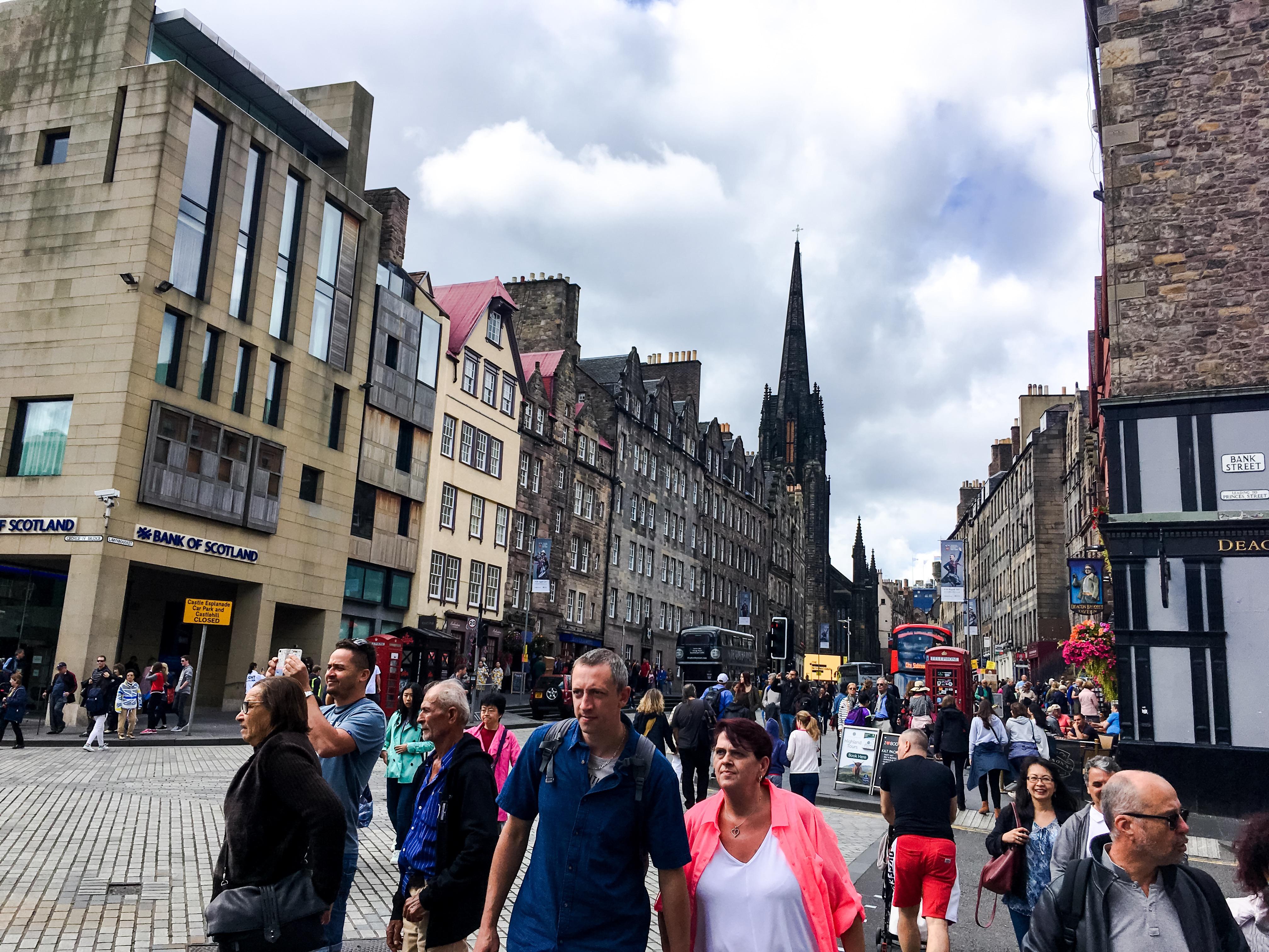 Singolo genitore che risale Edimburgo